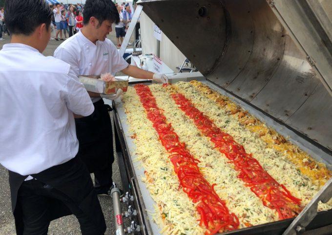 大分県産食材を使用した特大ピザで<br />ラグビー日本代表を応援しました!